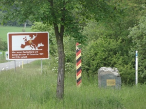 Ancienne frontière interallemande entre la Bavière et la Saxe (la borne frontalière a été symboliquement conservée)/ Former border between Bavaria and Saxony at the time of the German division.